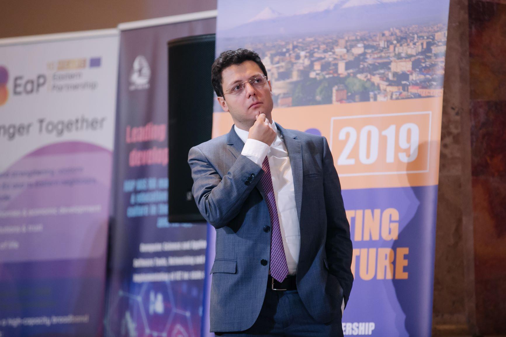 Хайк Шукурян з Лейбницького суперкомп'ютиноговго центру знає майже все про «мотивування» дата-центрів до енергосбереження