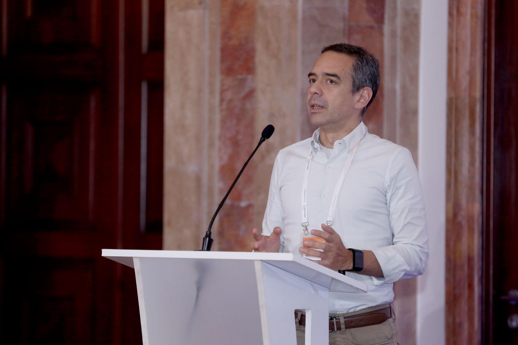 Хав'єр Куінтерос працює  в сейсмологічному дата-центрі