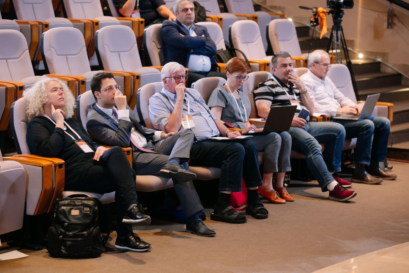 Командна робота працівників УРАНу: сидіти в першому ряду, вбирати кожне слово доповідачів і створювати пости для Фейсбуку і Твіттера
