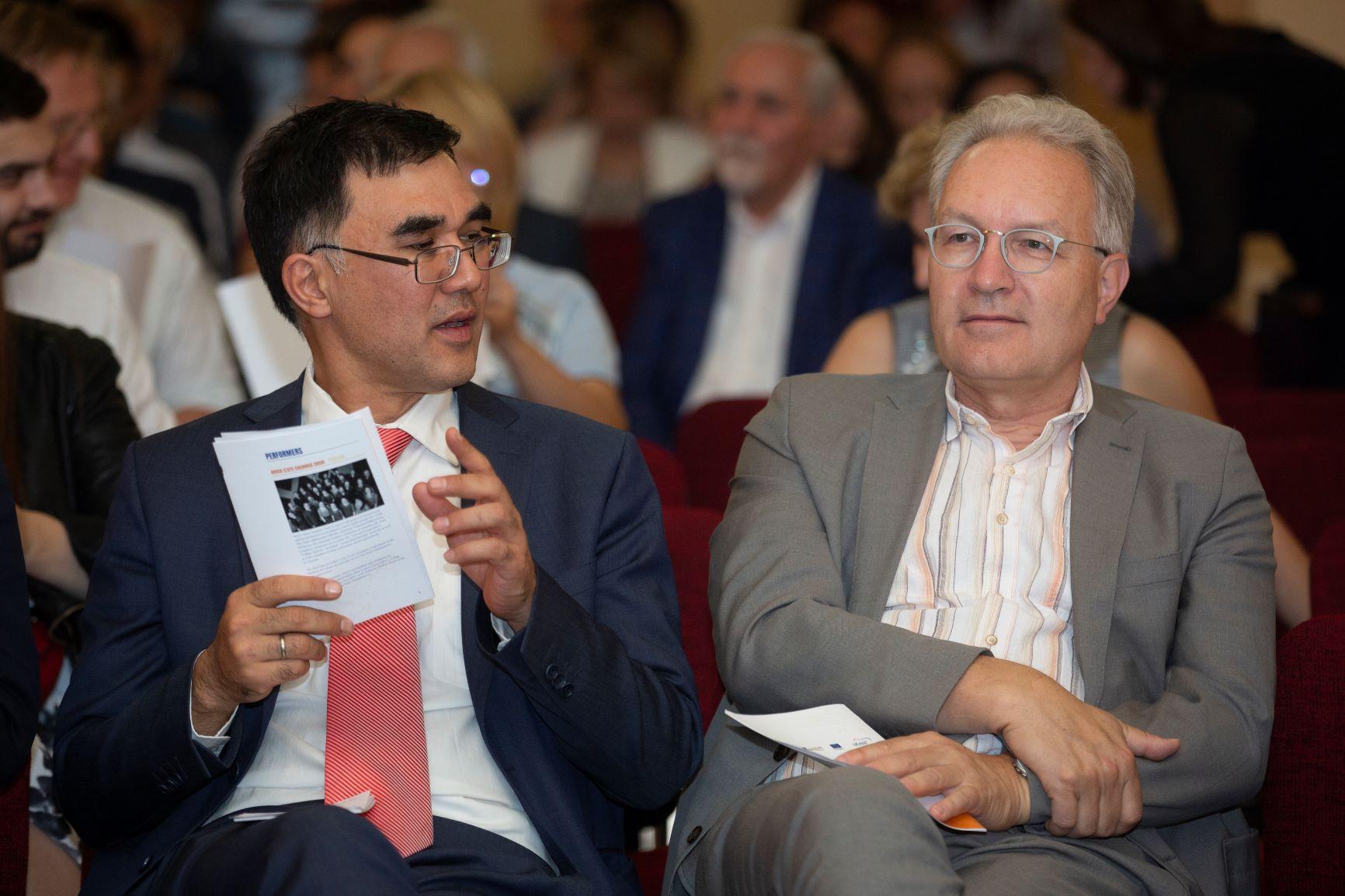 В очікуванні концерту – Хоа-Бін Аджемян, голова сектору в DG NEAR, та Ерік Хейзер, голова GÉANT